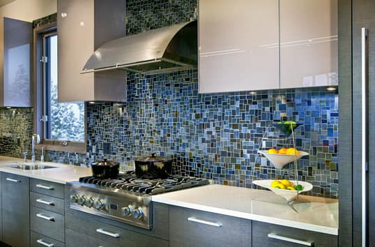 Gorgeous blue kitchen back splash.